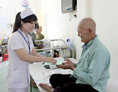 Điều dưỡng viên luôn chăm sóc bệnh nhân ân cần, chu đáo
