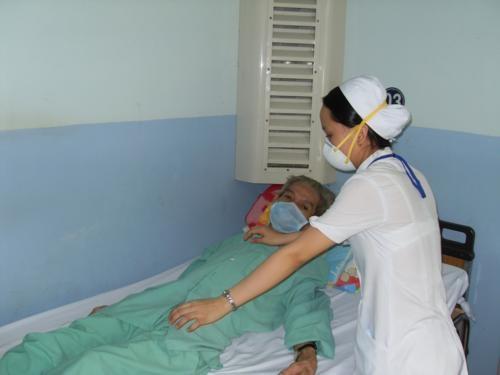 Chị Thanh Vân, điều dưỡng viên đang chăm sóc bệnh nhân