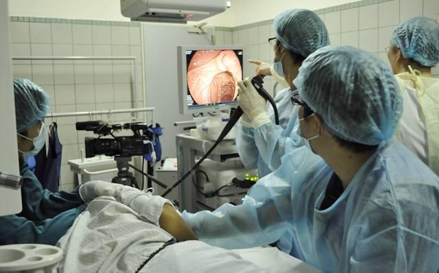 Bác sĩ đang nội soi chẩn đoán ung thư